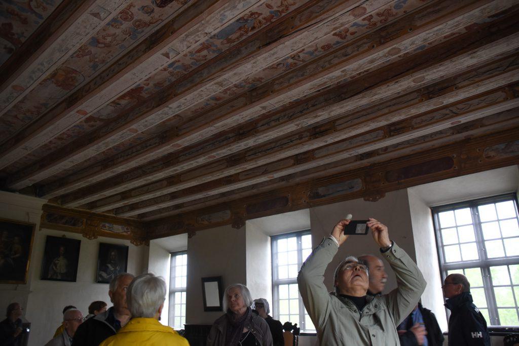 mies valokuvaa koristeellista kattoa